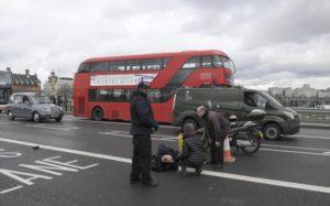 Ένας άντρας κείτεται τραυματισμένο μετά από μια συμπλοκή με ανταλλαγή πυροβολισμών στο Westminster Bridge στο Λονδίνο,