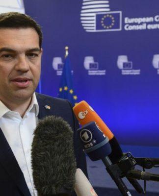 """«Βρισκόμαστε σε μια κρίσιμη στιγμή, διότι αυτές τις μέρες η Ελλάδα βρίσκεται στην πρώτη γραμμή μιας μάχης που αφορά όλη την Ευρώπη. Αγωνιζόμαστε για την επαναφορά των συλλογικών διαπραγματεύσεων στη χώρα μας, να τελειώσει το καθεστώς εξαίρεσης τώρα και μια για πάντα και για όλους στο μέλλον». Τα παραπάνω τόνισε ο Αλέξης Τσίπρας, μιλώντας το βράδυ της Πέμπτης σε εκδήλωση του δικτύου transform! Europe «Μια Ευρώπη για τον Λαό από τον Λαό», στο Πανεπιστήμιο της Ρώμης """"La Sapienza"""". Ο Αλ. Τσίπρας υπογράμμισε ότι «αυτός είναι ένας απ' τους λόγος που δεν τα παρατήσαμε πριν από δύο χρόνια, γιατί γνωρίζαμε ότι θα έχουμε τη δυνατότητα να παλέψουμε για τα δικαιώματα της κοινωνικής πλειοψηφίας από μια καλύτερη θέση, και τώρα έχουμε αυτή τη δυνατότητα». Απευθυνόμενος στην ηγεσία της Ευρώπης, ο Αλέξης Τσίπρας της ζήτησε να δώσει μια ευθεία απάντηση: Τόνισε δε, πως «το γεγονός ότι η Ευρώπη δεν υπερασπίζεται τα ίδια της τα επιτεύγματα, την κληρονομιά της, το ίδιο το δικό της κοινωνικό μοντέλο και το γεγονός ότι η Ευρώπη έχει παραδοθεί στο ΔΝΤ, εξηγεί γιατί αντιμετωπίζει μια υπαρξιακή κρίση». Ο κ.Τσίπρας ασκεί συνολική κριτική στο κυρίαρχο νεοφιλελεύθερο μοντέλο μιλώντας στην εκδήλωση του δικτύου transform! Europe. Σημείωσε ότι """"σήμερα η Ευρώπη είναι σχεδόν αποκλειστικά ένας χώρος λιτότητας, απορρύθμισης κοινωνικών και εργασιακών δικαιωμάτων και κλειστών συνόρων για πολιτικούς πρόσφυγες και μετανάστες"""". """"Ο Νεοφιλελευθερισμός έχει σχεδόν καταβροχθίσει την Ευρώπη"""", υπογράμμισε. Τόνισε πως είναι η νεοφιλελεύθερη διαχείριση της οικονομικής κρίσης που μεγέθυνε υπάρχουσες ανισότητες και ασυμμετρίες μέσα στις χώρες μας και μεταξύ τους. """"Πήρε τη μορφή μιας συστηματικής επίθεσης του κεφαλαίου εναντίον της εργασίας"""", είπε. Επισήμανε ότι πέρα από τη διεύρυνση του χάσματος ανάμεσα στον Ευρωπαϊκό Βορρά και Νότο, βάθυνε επίσης τους διαχωρισμούς στην Ευρώπη μέσα από επιθετικά και παράλογα στερεότυπα. """"Ευτυχώς υπάρχουν λίγοι που θέλουν να κρύψουν την οικονομική ανισότητα που ο νεοφιλελευθερισμός πρ"""