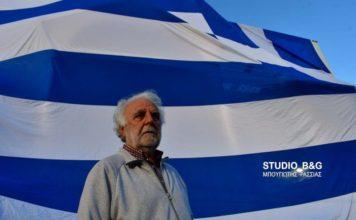 Κρέμασε ελληνική σημαία 140 τ.μ. στο σπίτι του!